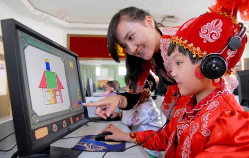 幼儿教师指导孩子用电脑绘画